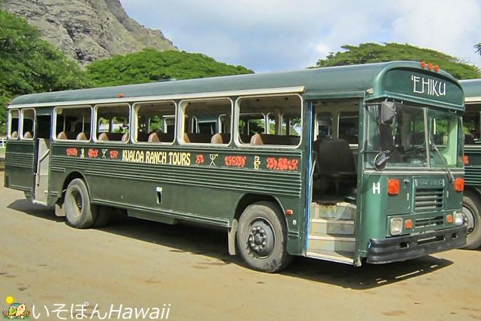 クアロアランチ映画ロケ地ツアーで乗るバス
