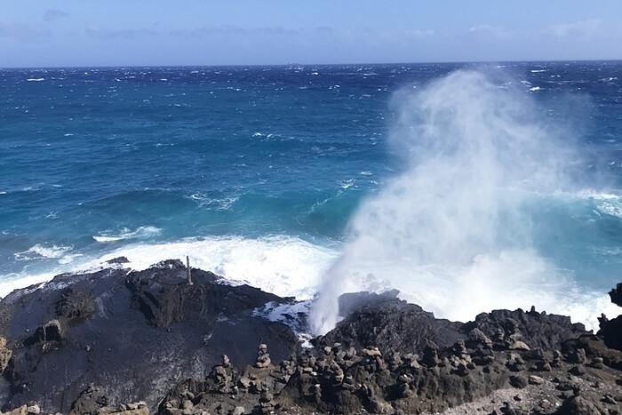 豪快なハロナ潮吹き岩の様子