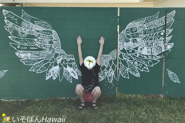 天使の羽のウォールアートといそぽん